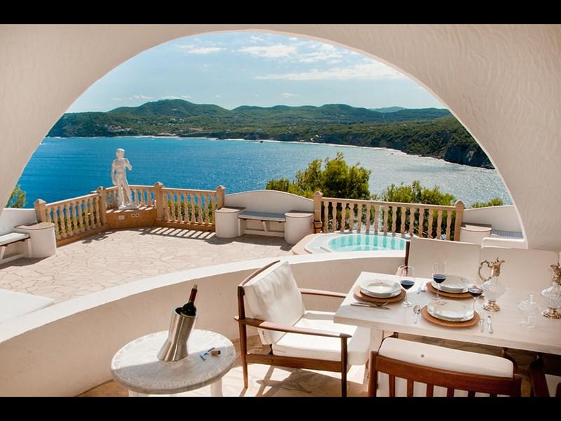 Villa in Spain, Ibiza: The shady upper terrace.
