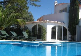 Private 4 bedroom Villa- pool & garden,near sea