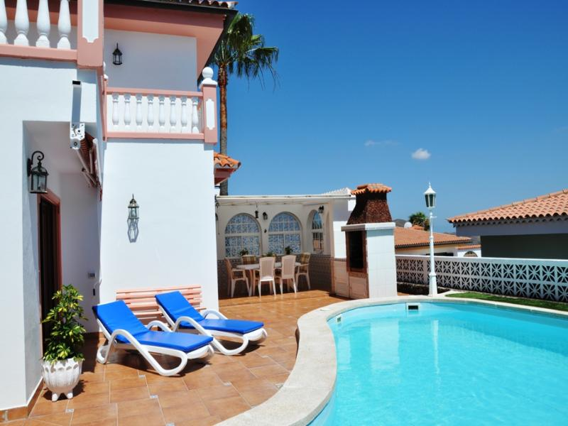 Villa in Spain, Chayofa: Side view of pool