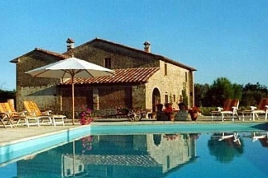 Farm house in Italy, Anghiari: View of villa from pool
