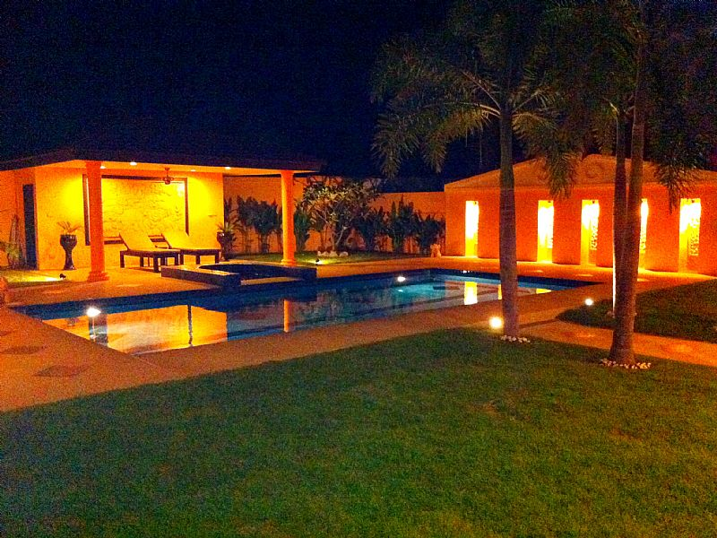 Villa in Thailand, Khao Takiab: Pool and sala at night