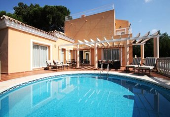 Villa in Spain, Elviria: Pool and sun deck