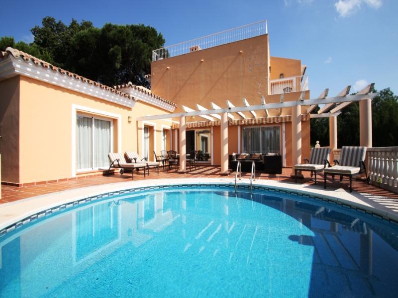 Villa in Spain, Elviria: Pool and sun deck