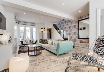 House in United Kingdom, Brighton & Hove: Lounge with bath chaise & shopping trolley armchair! Gre..