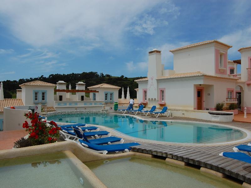 Villa in Portugal, Sagres: pool behind villa