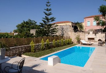 Villa in Greece, Heraklion region: Swimming pool at the houses' deck