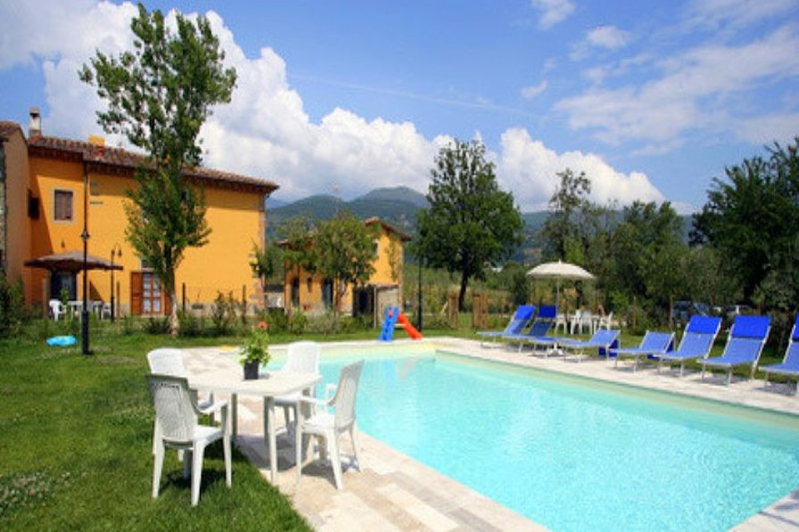Cottage in Italy, Castelfranco Piandiscò: pool, with farmhouse and barn