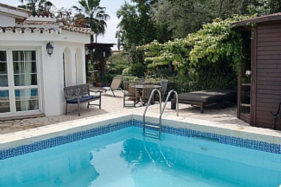 Villa in Spain, Urbanización el Rosario: Exterior with pool area