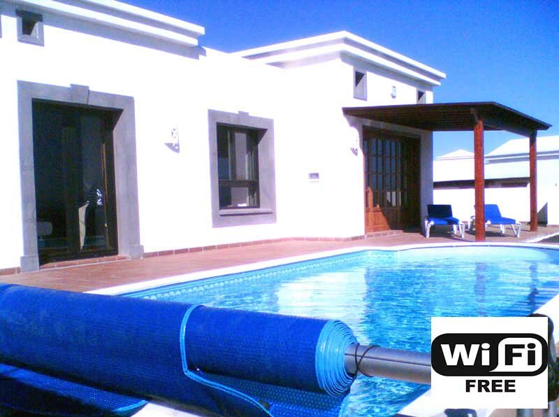 Detached Villa with Heated Pool in Playa Blanca (Free Wifi)