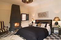 Riad in Morocco, Medina: Bedroom with open fire place