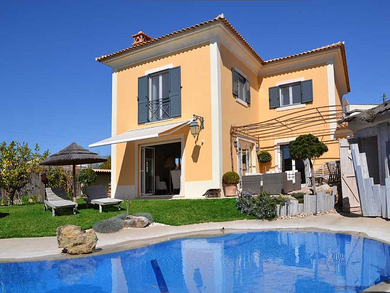 Villa in Portugal, Cascais: Swimming pool & terrace with villa in background