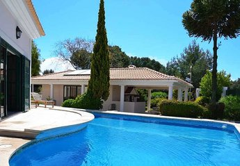 Villa in Portugal, Quinta da Marinha: Swimming pool & terrace between the villa & barbecue
