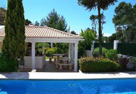 Villa in Quinta da Marinha, Lisbon Metropolitan Area: Swimming pool with barbecue in background