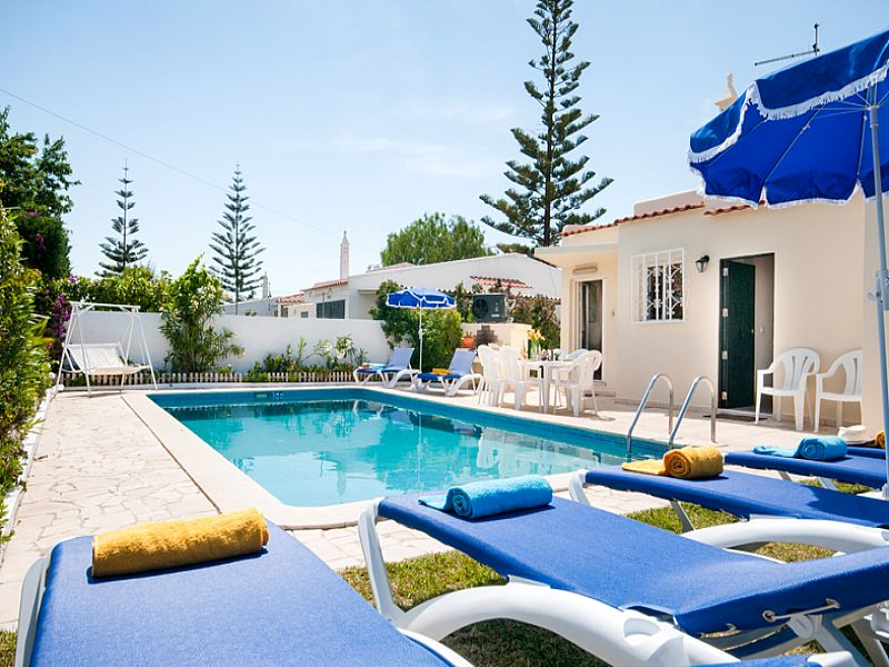 Villa in Portugal, Oura: Private pool with sunloungers and BBQ