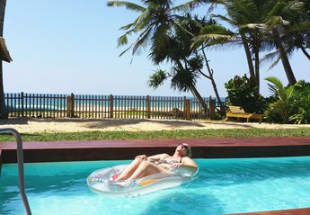 Villa in Sri Lanka, Hikkaduwa: The beachfront swimming pool with beautiful Indian Ocean view!