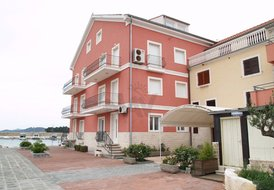 Sea Front, 2beds apartment, Mocira, with stunning view, sleeps 5