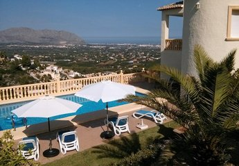 Villa in Spain, Pedreguer: Villa and pool with view to valley and coast